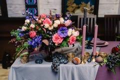 Decoración magnífica de una tabla de la boda Una tabla del novio y de la novia Foto de archivo