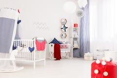 Decoración marina de un cuarto moderno del bebé Foto de archivo