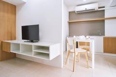Decoración moderna del apartamento de la sala de estar con mofa incorporada del sistema de los muebles y de la tabla para arriba fotos de archivo