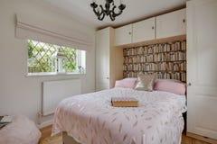 Decoración moderna del dormitorio con el hogar tradicional Fotos de archivo libres de regalías