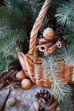 Decoración natural de la Navidad en una cesta Nueces, árbol de abeto en fondo de madera Imagenes de archivo