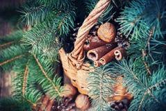 Decoración natural de la Navidad en una cesta rural Nueces, árbol de abeto, canela Fotografía de archivo