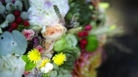Decoración nupcial del bouqet de la boda de rosas coloreadas almacen de metraje de vídeo