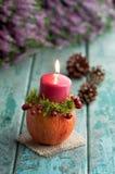 Decoración otoñal con el candelero en la madera de la turquesa Fotos de archivo libres de regalías