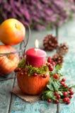 Decoración otoñal con la vela Imagen de archivo libre de regalías