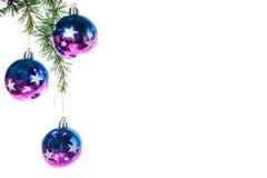 Decoración púrpura de las bolas del Año Nuevo sobre el fondo blanco Imagen de archivo