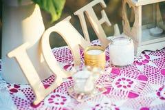 Decoración para casarse, el evento romántico o la fiesta de cumpleaños al aire libre en verano Imagen de archivo libre de regalías