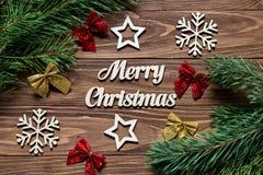 Decoración para la Navidad Decoración linda con los arcos, copos de nieve, estrellas en la tabla de madera Fotografía de archivo libre de regalías