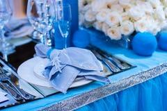 Decoración para una boda en el estilo de las flores y de las velas azules Imagenes de archivo