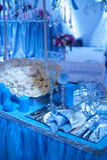 Decoración para una boda en el estilo de las flores y de las velas azules Fotografía de archivo