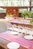 Decoración para una ceremonia de boda en un patio trasero con las tablas, pl Fotografía de archivo libre de regalías