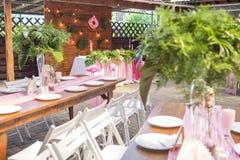 Decoración para una ceremonia de boda en un patio trasero con las tablas, pl Fotos de archivo libres de regalías