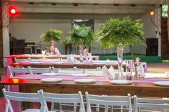 Decoración para una ceremonia de boda en un patio trasero con las tablas, pl Imagenes de archivo