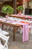 Decoración para una ceremonia de boda en un patio trasero con las tablas, pl Foto de archivo