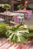 Decoración para una ceremonia de boda en un patio trasero con las tablas, pl Imagen de archivo