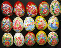 Decoración pintada a mano hecha en casa de los huevos de Pascua de diversos colores Foto de archivo libre de regalías