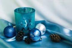 Decoración por Año Nuevo y Cristmas Vela y bolas de Navidad Imagenes de archivo