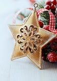 Decoración rústica de la Navidad con la estrella de oro Foto de archivo libre de regalías