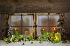 Decoración rústica de la Navidad en colores verdes con los presentes y el Ca Imagen de archivo libre de regalías