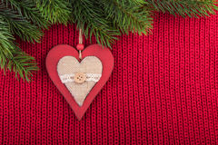 Decoración rústica de la Navidad en fondo hecho punto rojo Imagen de archivo libre de regalías