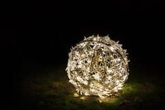 Decoración redonda de la Navidad en la hierba Fotografía de archivo libre de regalías