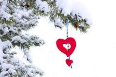 Decoración roja aislada del corazón del árbol de navidad nevoso Fotos de archivo libres de regalías