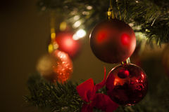 Decoración roja de la bola del árbol de navidad Imágenes de archivo libres de regalías