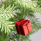 Decoración roja de la caja del árbol de navidad Foto de archivo