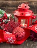 Decoración roja de la Navidad con la estrella del brillo, la linterna y la cinta festiva Foto de archivo libre de regalías