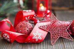 Decoración roja de la Navidad con la estrella del brillo, la linterna y R festivo Fotos de archivo libres de regalías