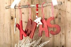 Decoración roja de la Navidad en fondo de madera marrón del vintage Foto de archivo libre de regalías