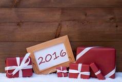 Decoración roja de la Navidad, regalos, nieve, 2016 Imagenes de archivo