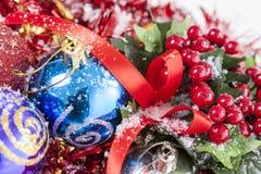 Decoración roja de las bayas de la Navidad Imagenes de archivo