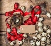 Decoración roja de los días de fiesta del vintage de la etiqueta del arco de la cinta de los huevos de Pascua Imágenes de archivo libres de regalías