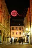 Decoración roja del advenimiento en la calle Foto de archivo