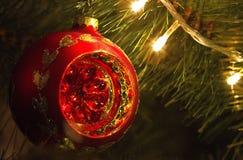Decoración roja del orbe de Navidad fotos de archivo