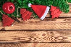 Decoración roja del vintage de la Navidad con el sombrero de Papá Noel sobre tablones de madera Foto de archivo libre de regalías