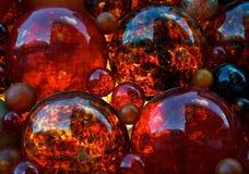 Decoración roja, vidrio rojo, decoración de la Navidad, burbujas de cristal rojas con la reflexión del edificio del parlamento de Fotos de archivo libres de regalías