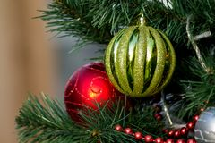 Decoración roja y de oro del Año Nuevo de la bola Imagenes de archivo
