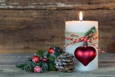 Decoración romántica de la Navidad con la luz ardiente festiva de la vela Imagenes de archivo