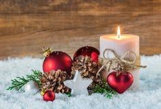 Decoración romántica de la Navidad o del advenimiento con la vela y la nieve Fotografía de archivo libre de regalías