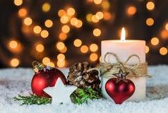 Decoración romántica de la noche de la Navidad con la vela y el fondo ardientes de las luces Fotos de archivo