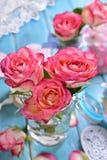 Decoración romántica de la tabla con las rosas rosadas Fotos de archivo libres de regalías