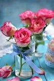 Decoración romántica de la tabla con las rosas rosadas Imagen de archivo
