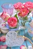 Decoración romántica de la tabla con las rosas rosadas y el corazón blanco Imagenes de archivo