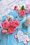 Decoración romántica de la tabla con las rosas rosadas y el corazón blanco Fotos de archivo