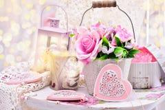 Decoración romántica en el estilo elegante lamentable para casarse o el valentin Fotos de archivo