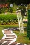 Decoración romántica en un jardín al aire libre Imagen de archivo libre de regalías