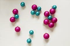 Decoración rosada azul de la Navidad de los bulbos de la Navidad Imagenes de archivo