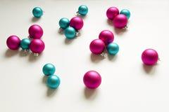 Decoración rosada azul de la Navidad de los bulbos de la Navidad Fotografía de archivo libre de regalías